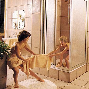 Historische Werbung für Kermi-Duschkabinen - Kinder spielen im Bad