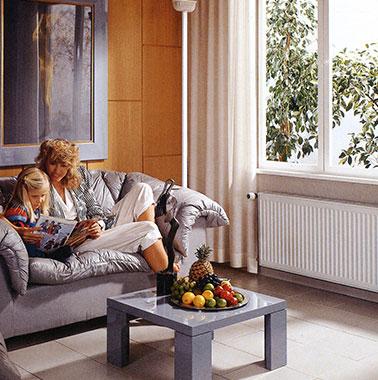Historische Werbung für Kermi-Heizkörper - Mutter und Kind in Wohnzimmer
